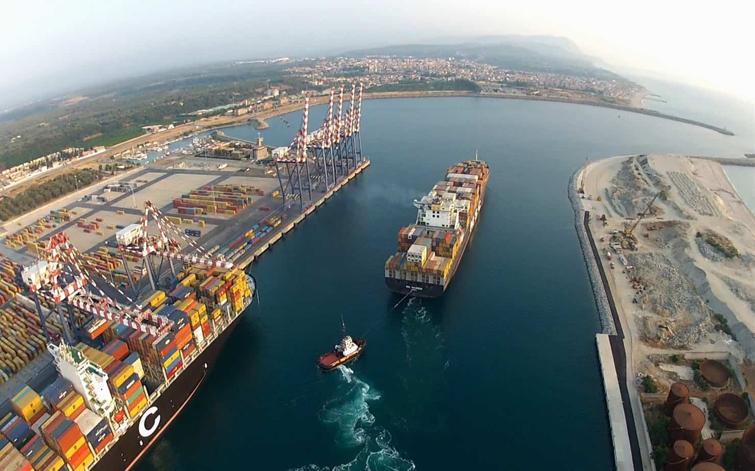 L'imbocco del porto di Gioia Tauro