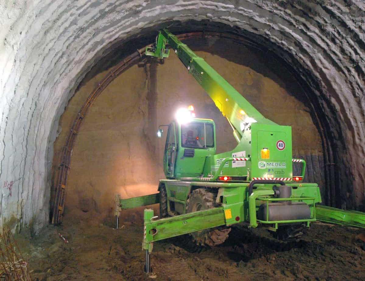 Un Roto in procinto di posizionare la centina nel tunnel