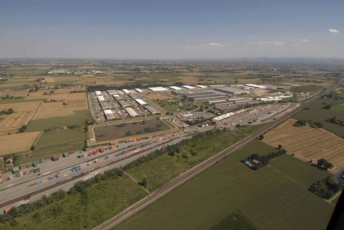 Una veduta aerea dell'interporto di Bologna, nei pressi dell'Autostrada