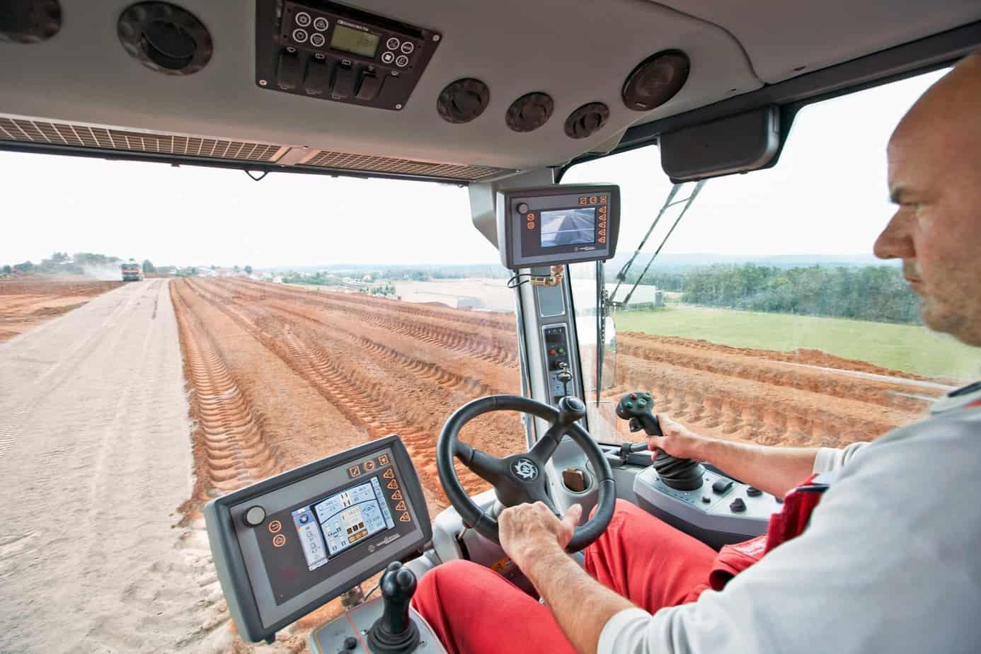 Importante ruolo gioca anche l'elettronica avanzata, che permette il controllo della trazione, del tamburo, dei dosaggi di materiali e di tutte le funzioni vitali della macchina