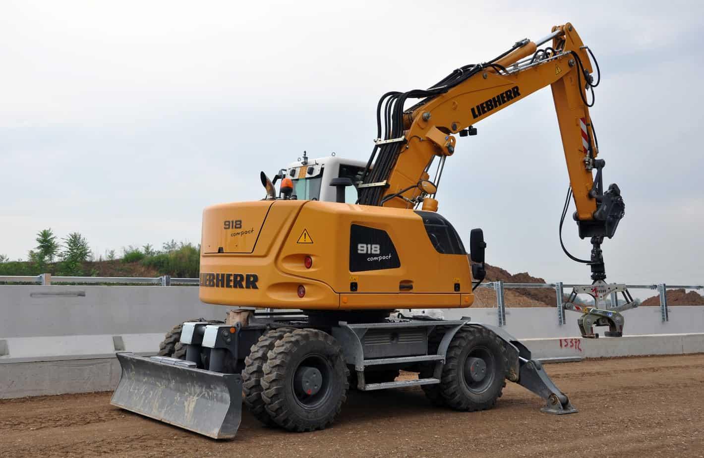 Liebherr-EMtec Italia SpA ha recentemente consegnato all'Impresa Crezza Srl di Gordona (SO), Azienda leader nella produzione e posa di manufatti in calcestruzzo, un escavatore gommato A918 Compact