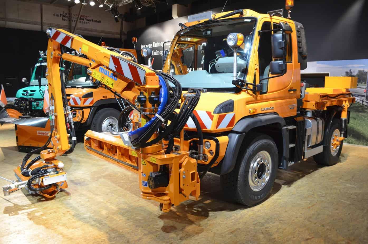 L'Unimog U423 allestito con braccio falciante anteriore