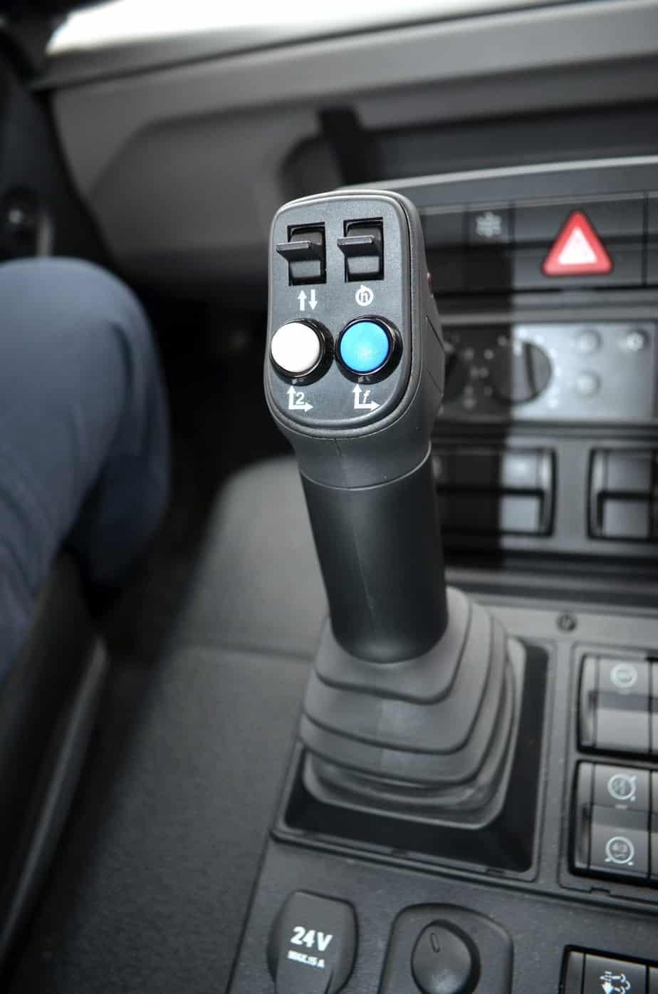 Il joystick dell'impianto idraulico per il comando delle attrezzature