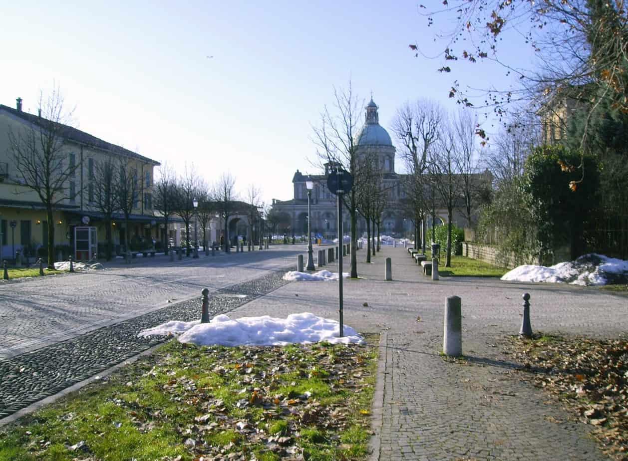 Il disegno della pavimentazione indica senza equivoci gli spazi per la mobilità dolce (nella foto: Milano Marittima)