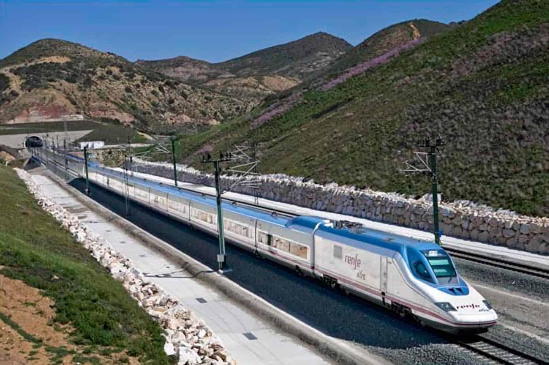 Un convoglio AV della nuova Serie S102 della Renfe: la Spagna ha il maggior numero di km di linee AV/AC in esercizio e in costruzione