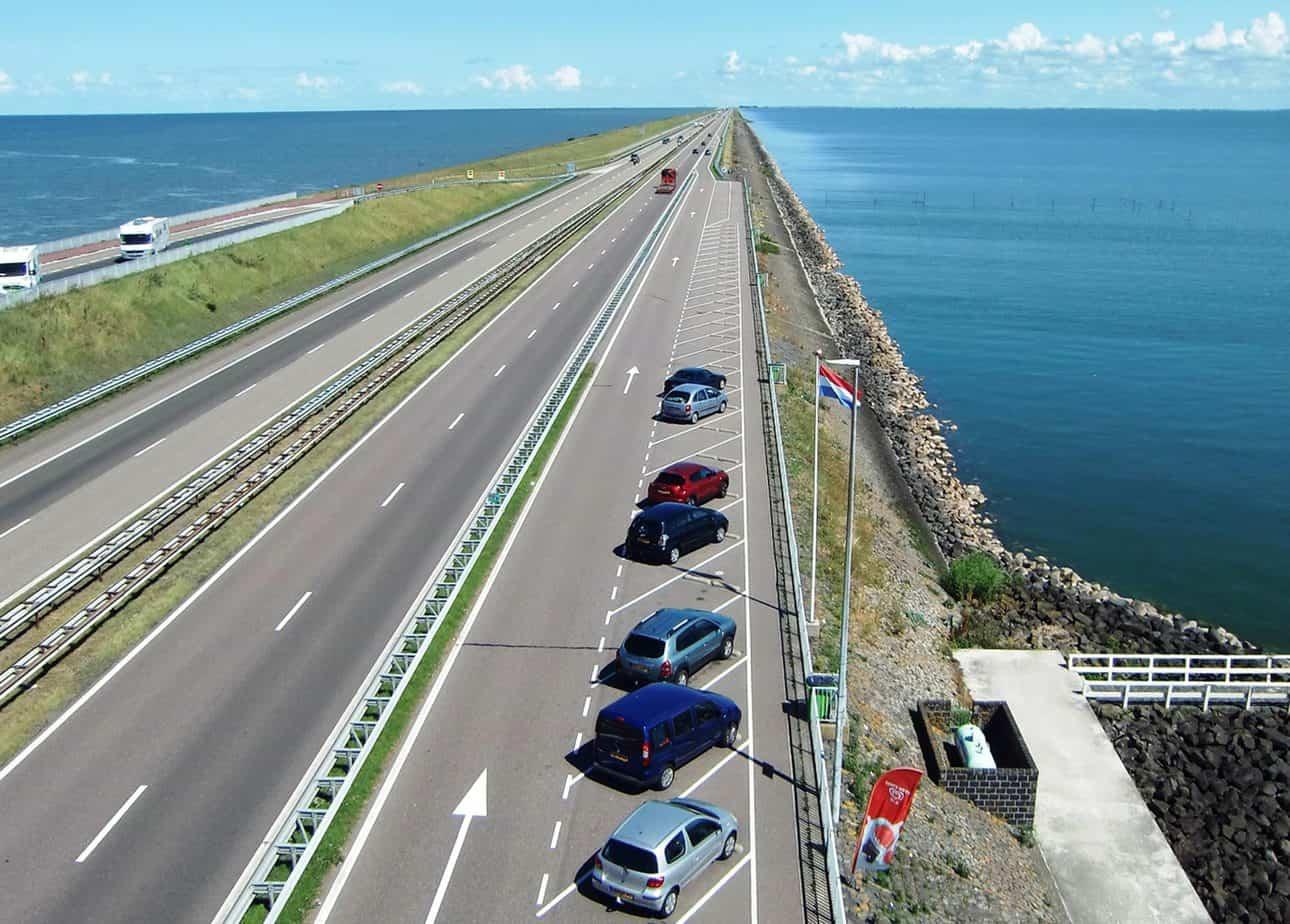 L'Autostrada A7 sull'Afsluitdijk, nei Paesi Bassi: il Benelux è la zona con la maggior densità di autostrade in proporzione al territorio