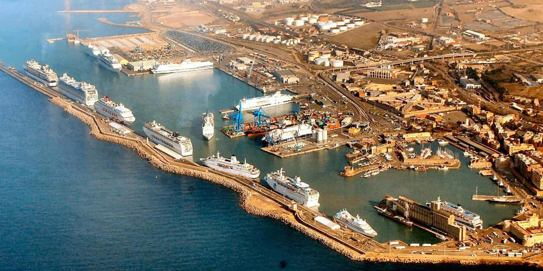 Una panoramica dello scalo laziale di Civitavecchia: sono visibili alcuni navi da crociere accostate al molo dedicato