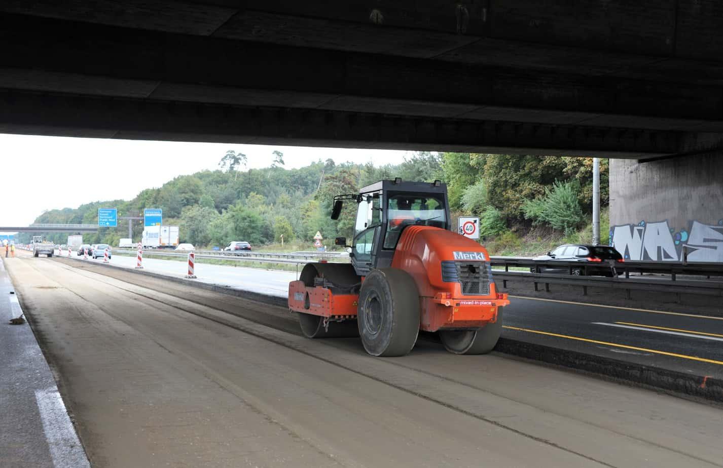 In due tratti dell'autostrada è stato rinnovato persino lo strato di fondazione in misto cementato, la cui compattazione è stata affidata a rulli monotamburo Hamm della Serie 3000