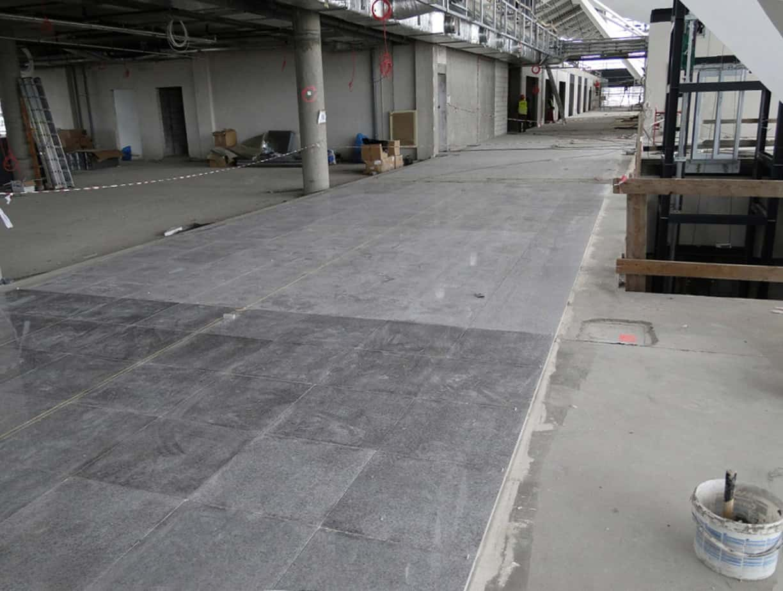 Il pavimento dell'area partenze e arrivi è stato rivestito con piastrelle in pietra posate con Adesilex P4