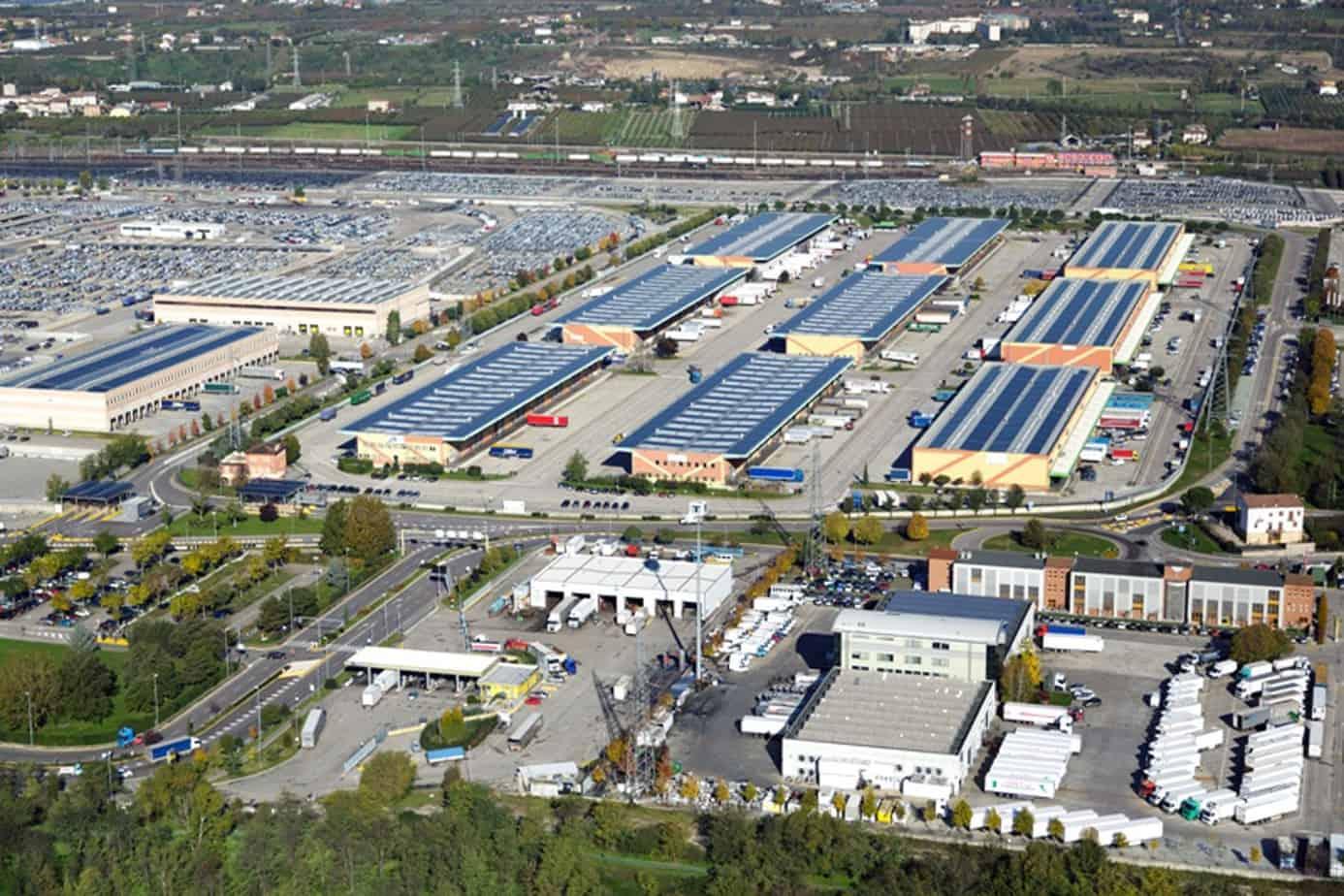 Il Centro Spedizionieri dispone di 80.000 m2 di magazzini raccordati per groupage in import-export, raccolta e smistamento merci, distribuzione, magazzinaggio, assistenza doganale