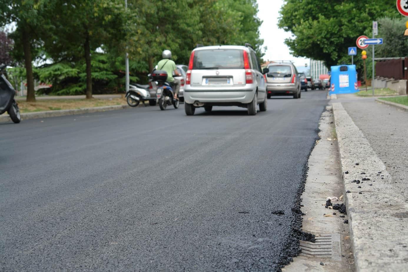 """Alcuni studi hanno dimostrato che gli """"asfalti gommati"""" determinano un minor consumo di battistrada rispetto ai manti convenzionali, riducendo quindi l'emissione di particolato fine nell'ambiente"""
