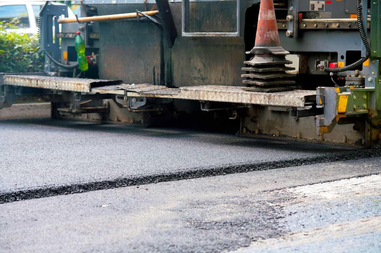 La maggiore durata delle pavimentazioni con gomma da PFU, riducendo la necessità degli interventi manutentivi, consente di ottenere anche importanti vantaggi ambientali circa l'esposizione e la dispersione di fumi nell'ambiente