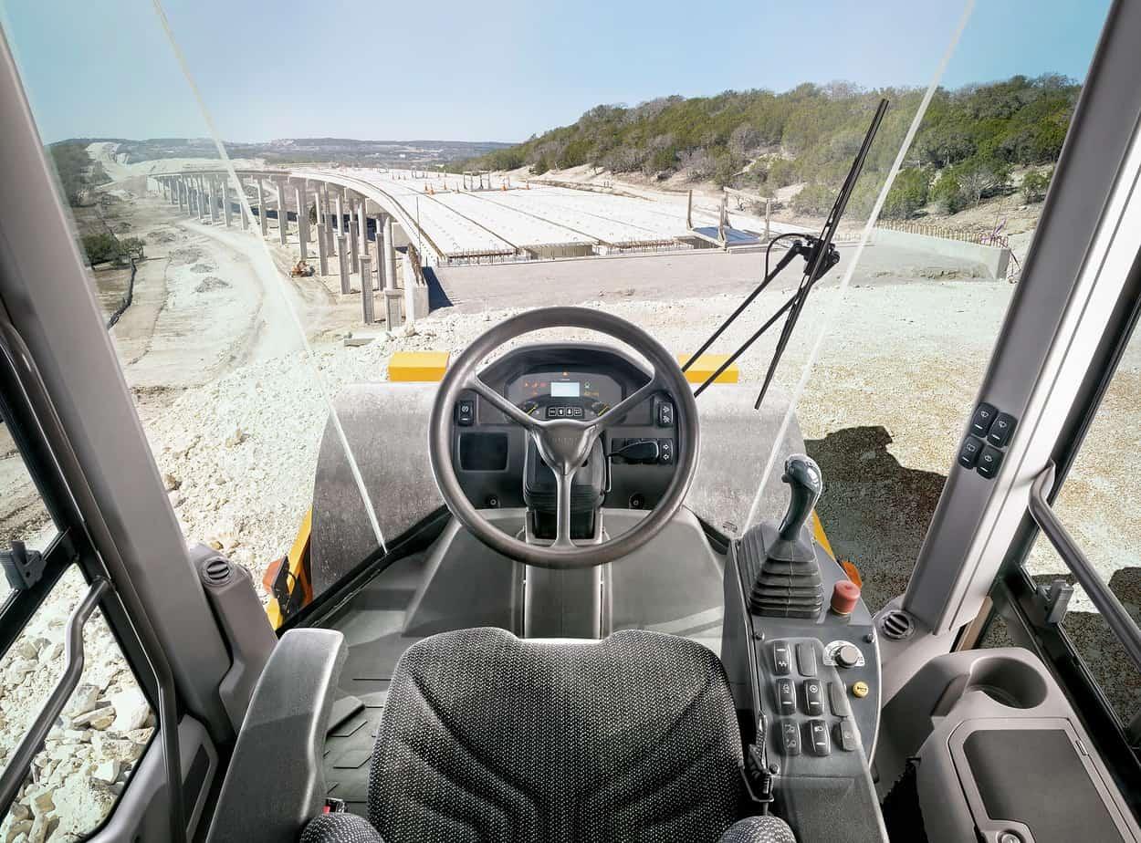La cabina certificata Rops/Fops offre un ambiente di lavoro sicuro e confortevole, con un riscaldamento e una climatizzazione efficiente e una visibilità a 360° grazie alle ampie superfici vetrate. La vetratura a tutta altezza consente all'operatore di vedere perfettamente il tamburo, la parte anteriore e quella posteriore