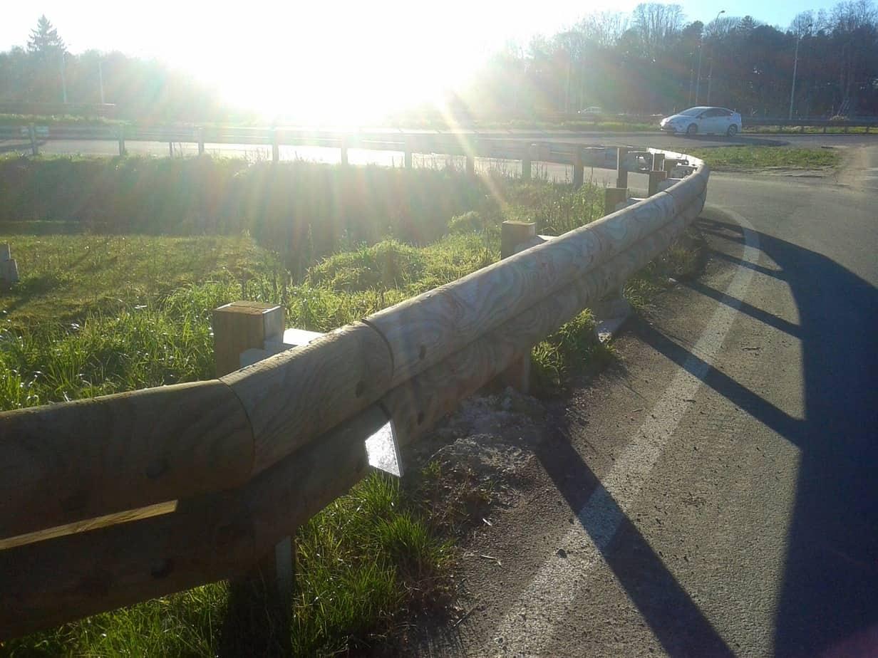 Le barriere vengono completamente assemblate nello stabilimento di produzione, sia per quanto riguarda il palo sia per i nastri orizzontali