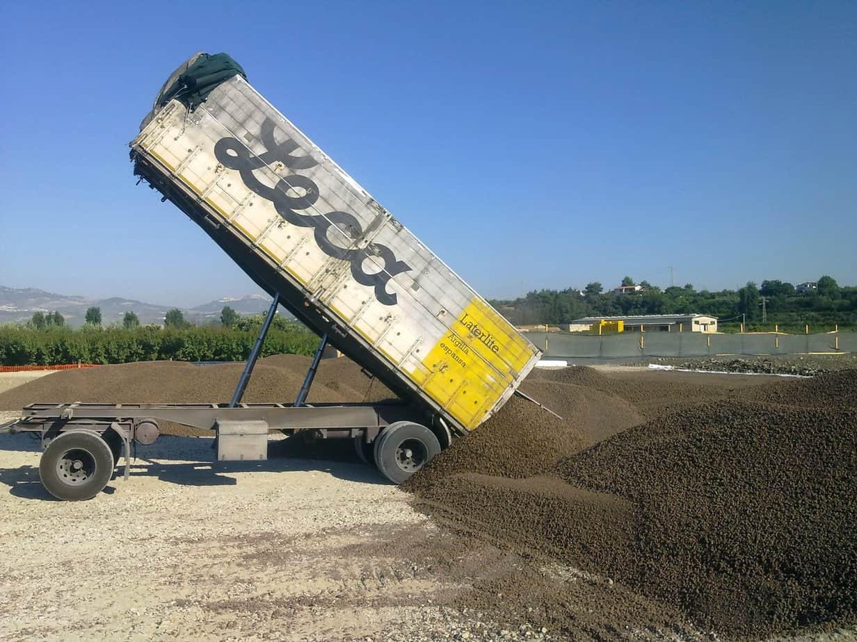 Con oltre 30 anni di esperienza nella realizzazione di rilevati stradali leggeri, Laterlite interviene per la fornitura in cantiere dell'argilla espansa con mezzi propri
