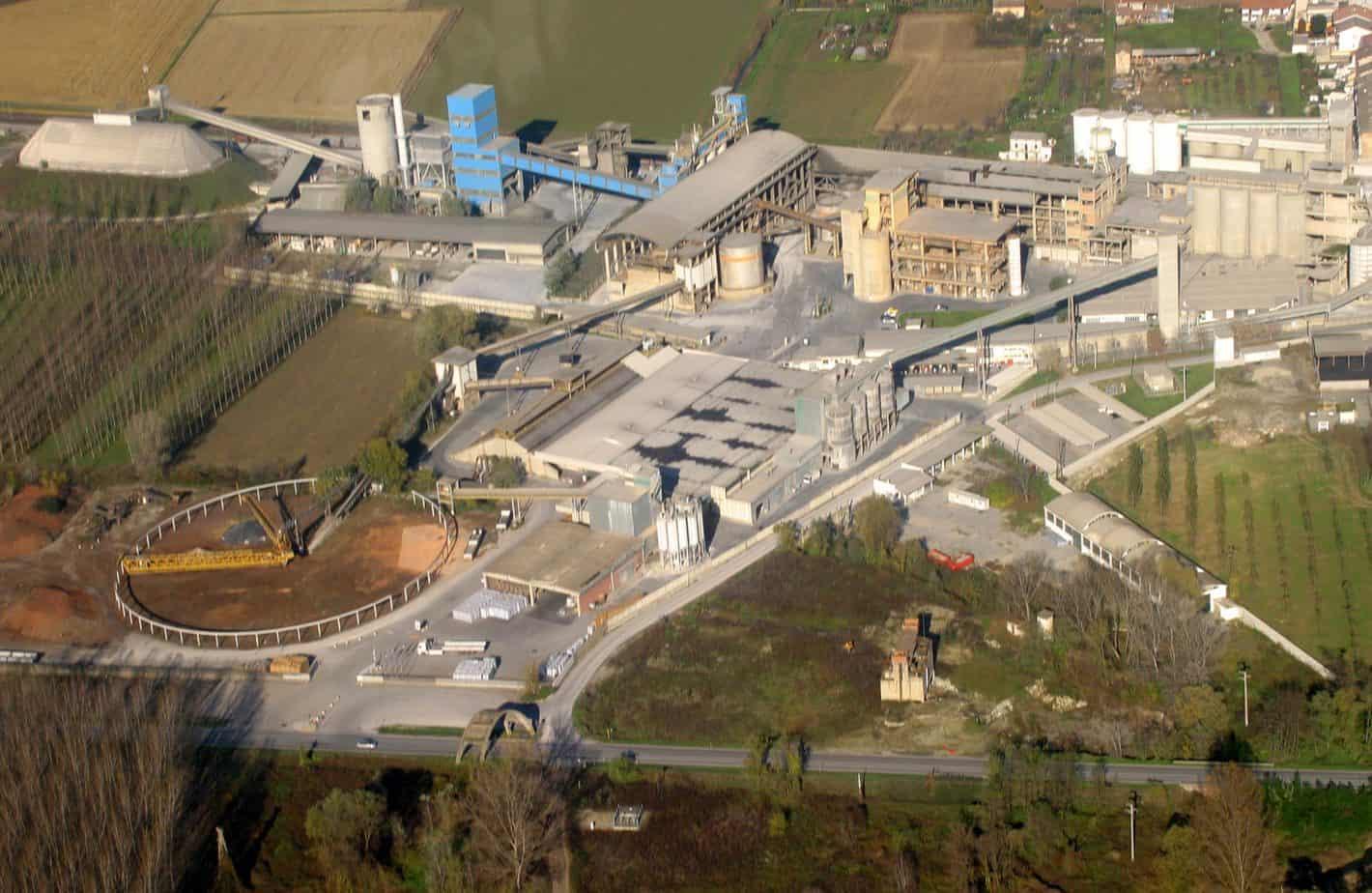 Una vista aerea della cementeria di Trino (VC), sede dei laboratori di Ricerca e Sviluppo dedicati allo studio di leganti speciali