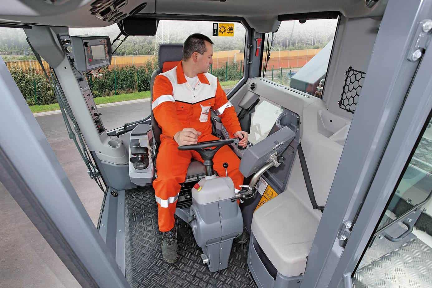Il sedile di guida girevole di 90° permette all'operatore di vedere il bordo di fresatura, rendendo superflui ulteriori movimenti