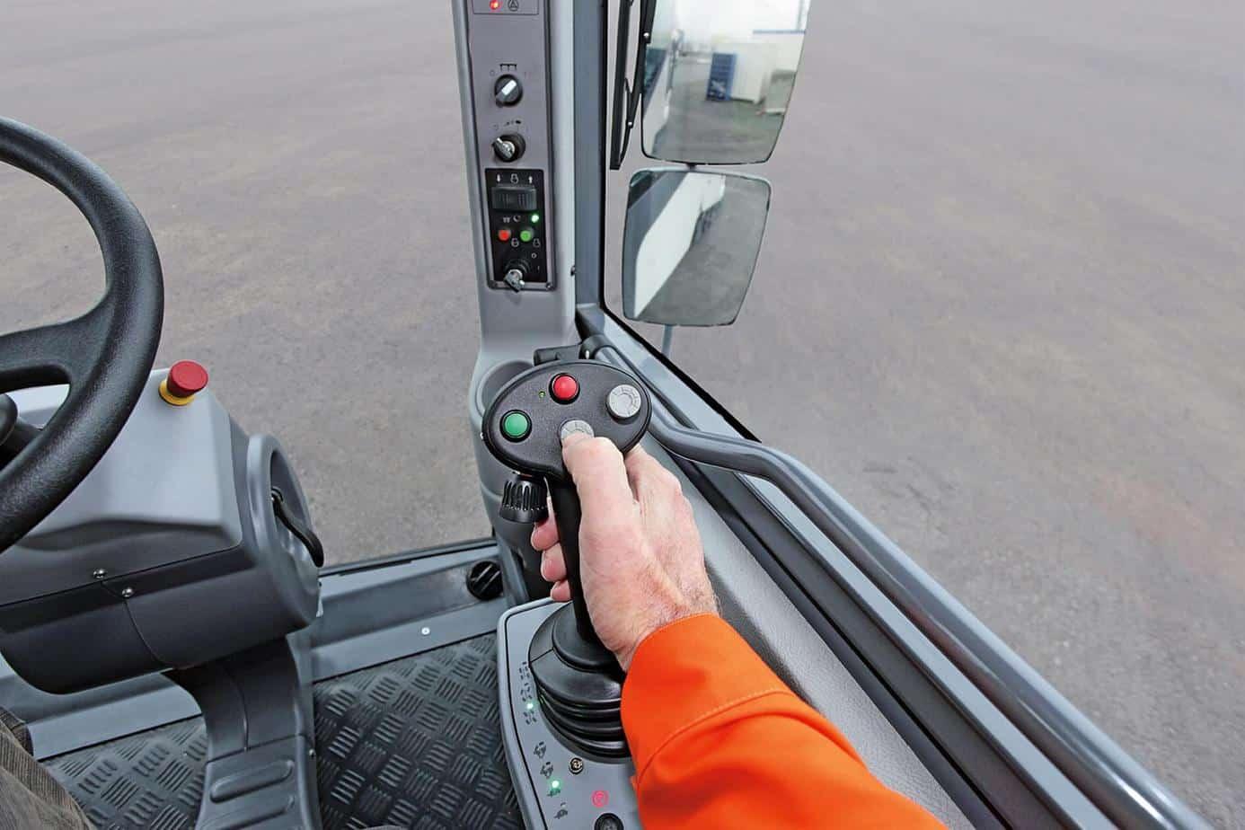 """L'operatore attiva con il joystick le """"funzioni automatiche di attacco e stacco"""" del rullo fresante"""