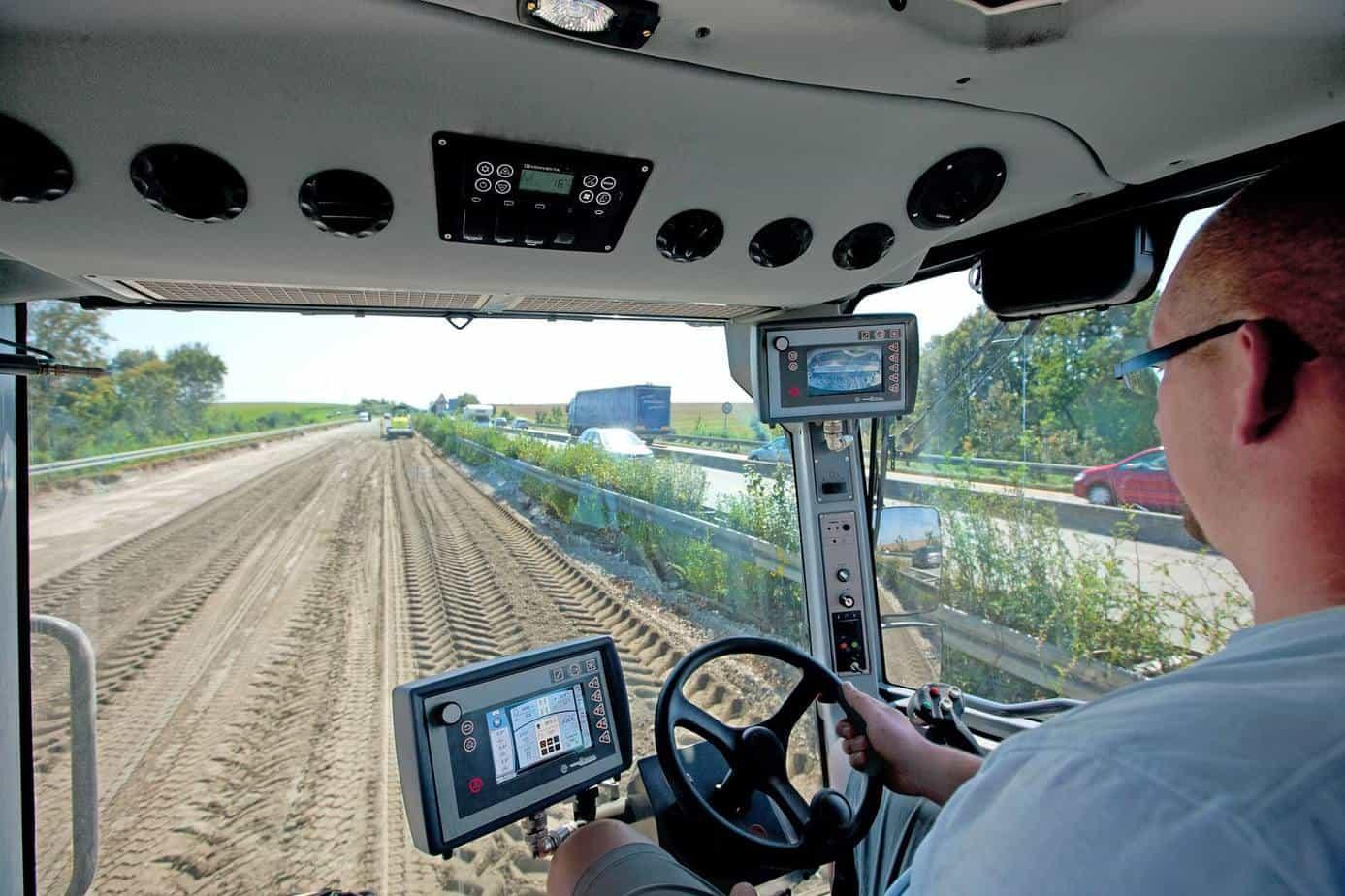 Le immagini riprese sono visualizzate sul display di controllo in automatico insieme alle linee di riferimento dell'assistente di retromarcia