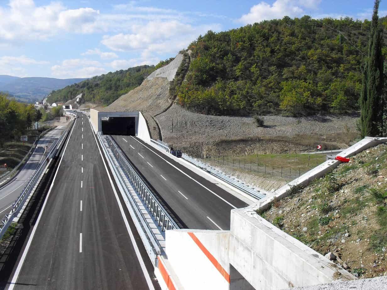 La galleria Sentino, in località Polverina (MC) sulla S.S. 77, aperta al traffico