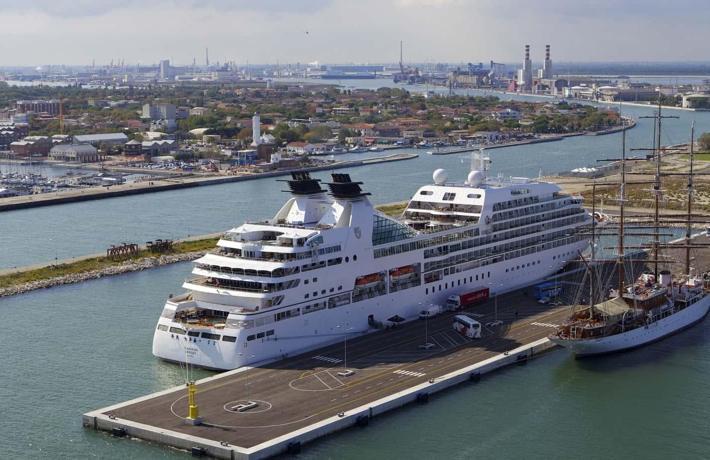 Il terminal passeggeri, all'imbocco del Canale Corsini