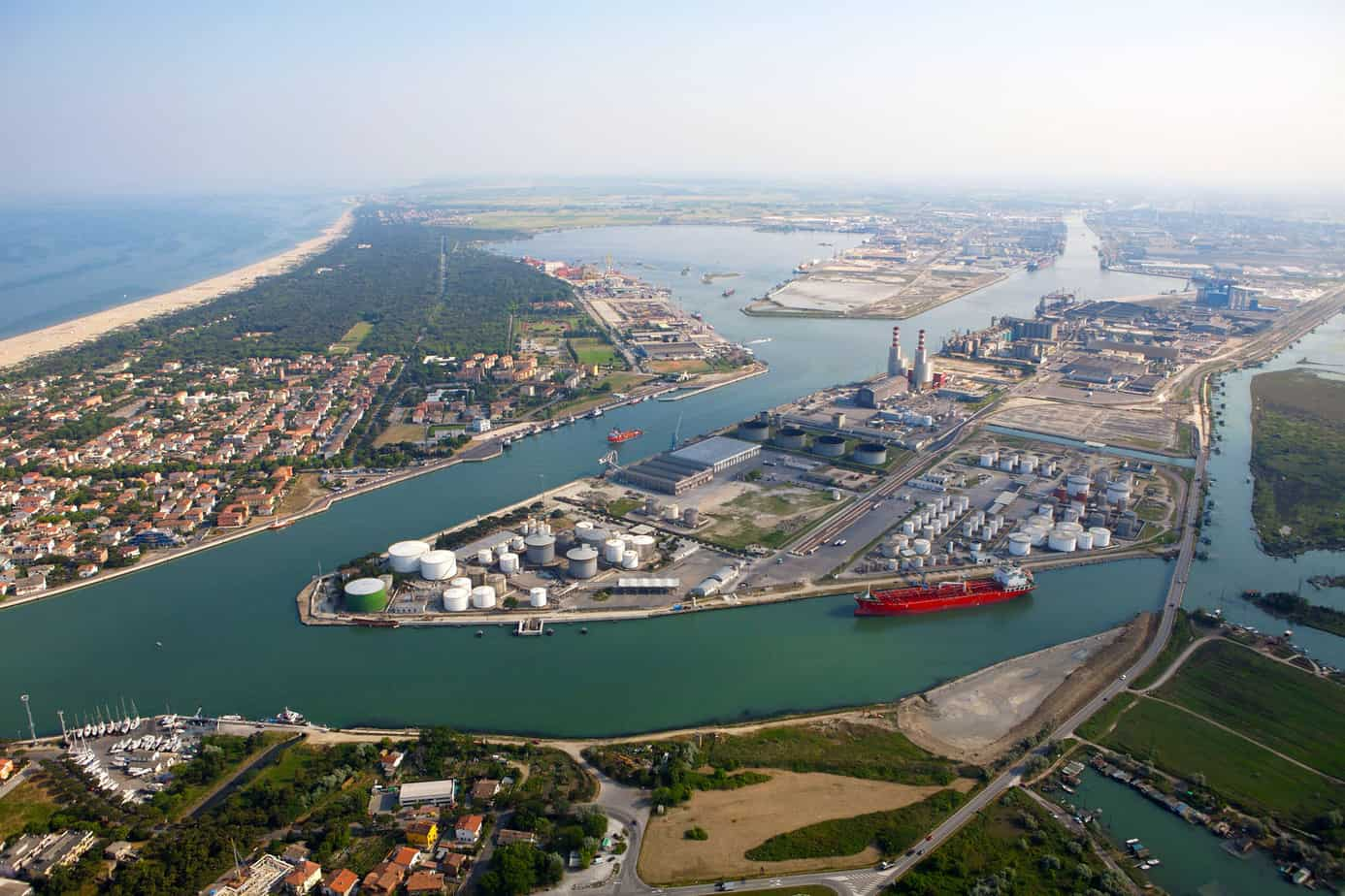 L'imbocco del porto canale di Ravenna: sullo sfondo, oltre le due ciminiere, è visibile la penisola Trattaroli