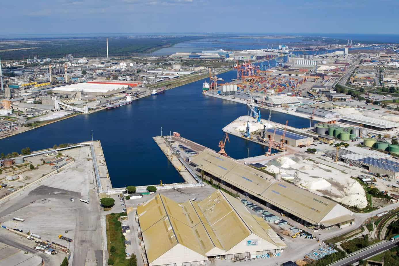 Una panoramica delle merci movimentate dal porto di Ravenna, dalle rinfuse ai container