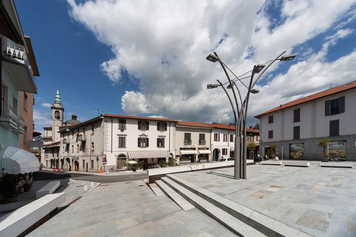 """Una pavimentazione di pregio in un contesto storico in Brianza (Bernareggio, MB) realizzata con lastre di Pietra di Luserna fiammata posate a correre e a casellario. La tecnica di posa utilizzata è """"fresco su fresco"""""""