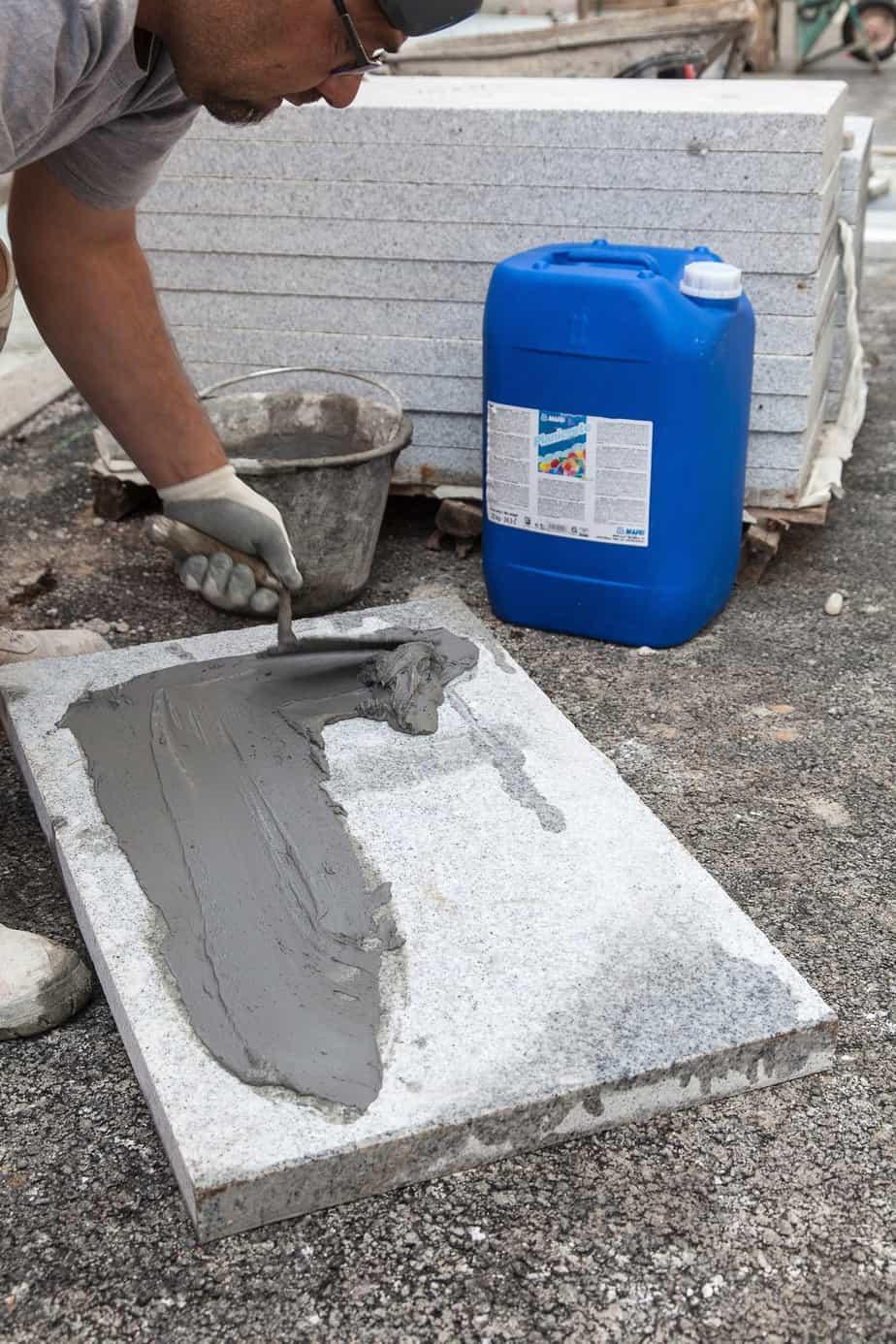 Prima di essere appoggiate sul massetto le lastre vengono spalmate con uno strato di boiacca adesiva confezionato con 1 kg di Planicrete, 1 kg di acqua e 3-4 kg di cemento