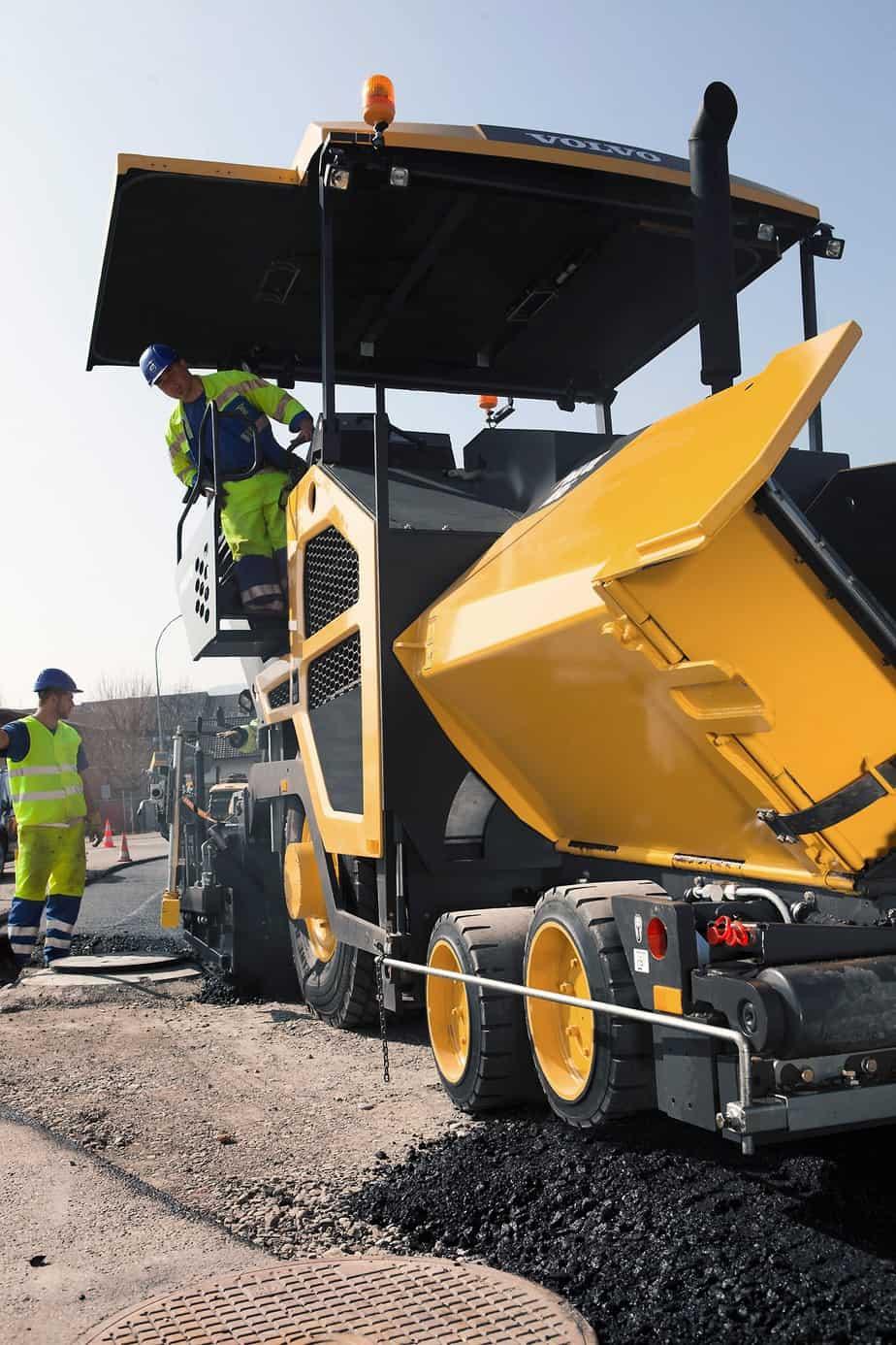 La tramoggia ha una capacità di 12 t e l'efficienza di pavimentazione in sinergia con il nastro trasportatore garantisce la qualità e miscelazione costante del materiale