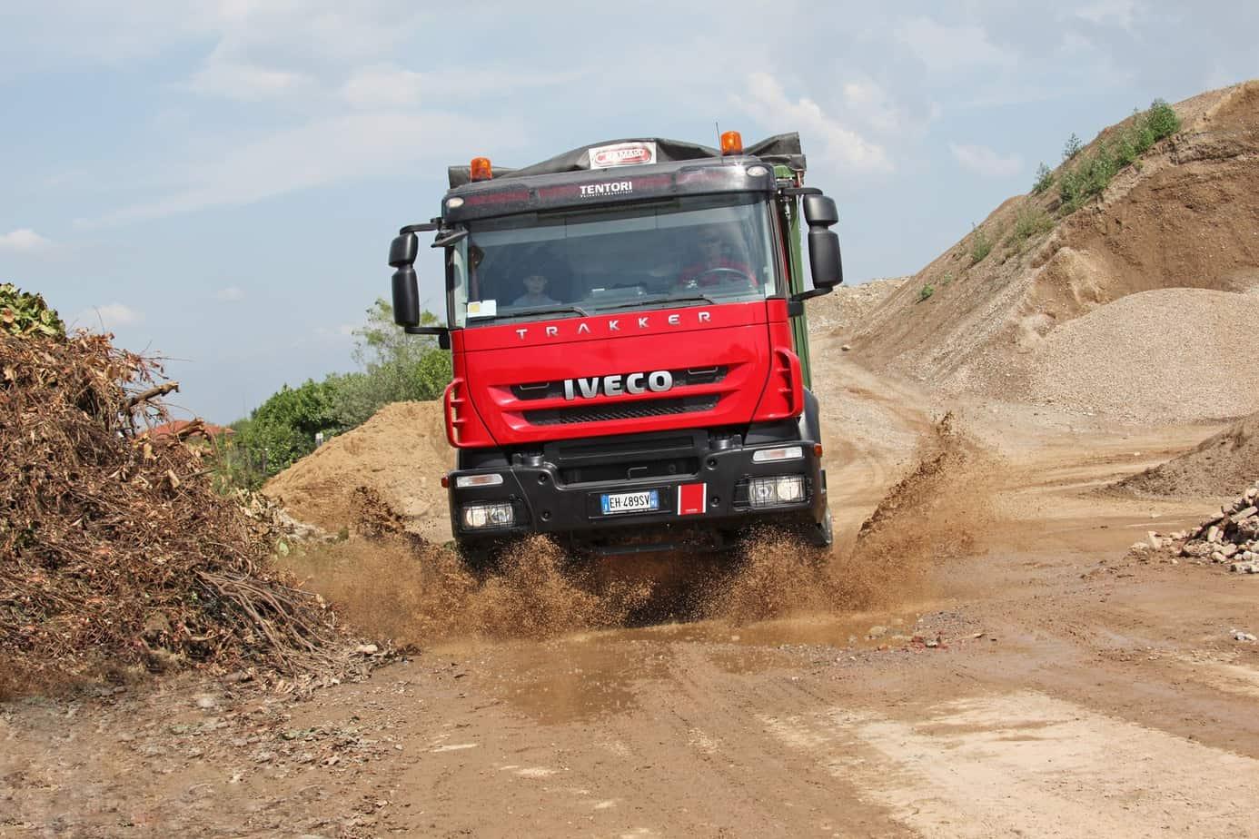 Esempio di fondo stradale che rappresenta applicazioni tipiche dei mezzi d'opera: fango, terriccio e ghiaia, asfalto