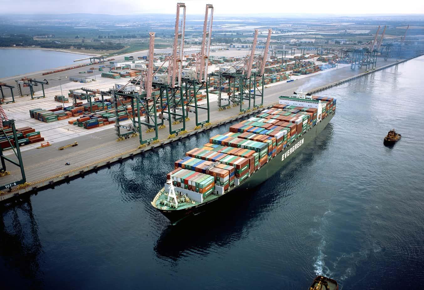 Una nave portacontainer dell'Evergreen al porto di Taranto. Gli attuali fondali sono insufficienti per le grandi navi che l'Armatore taiwanese intende far arrivare a Taranto