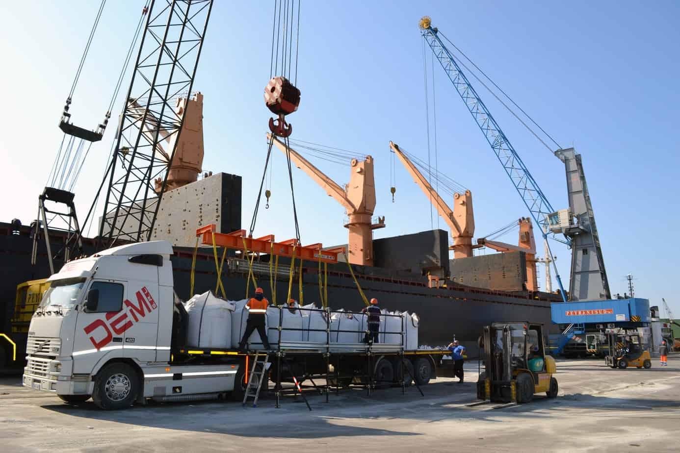 La movimentazione di merci industriali al porto di Taranto