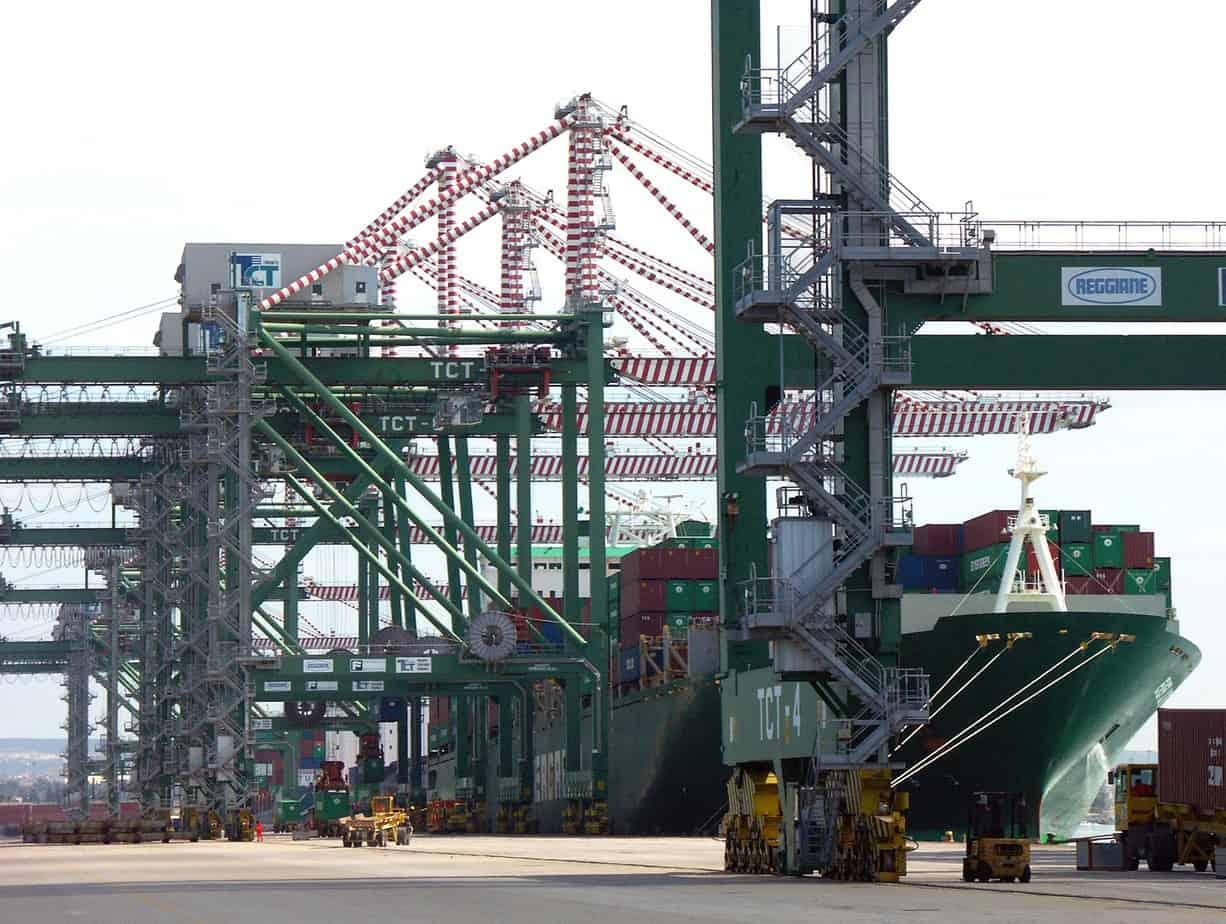 Container in fase di carico e scarico al Molo Polisettoriale