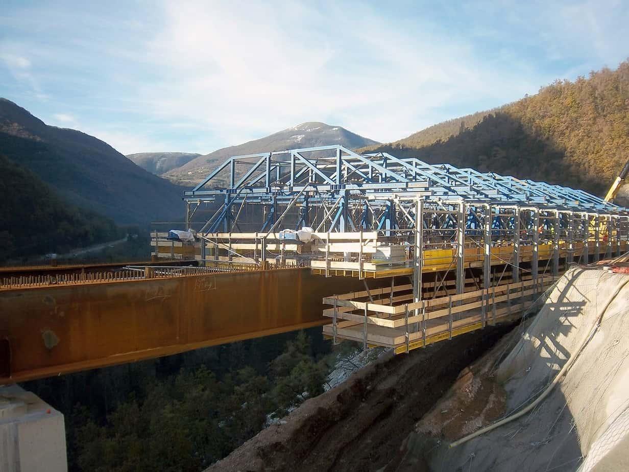 La fase di armo del carro casserante sul viadotto Chienti 2