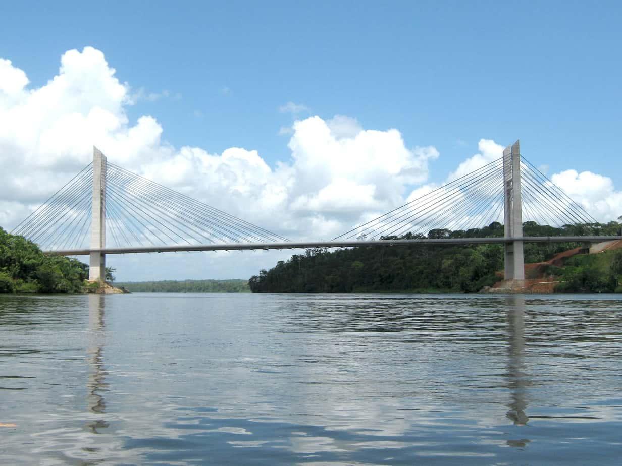 Una vista del ponte, da valle, navigando sul Rio Oiapoque