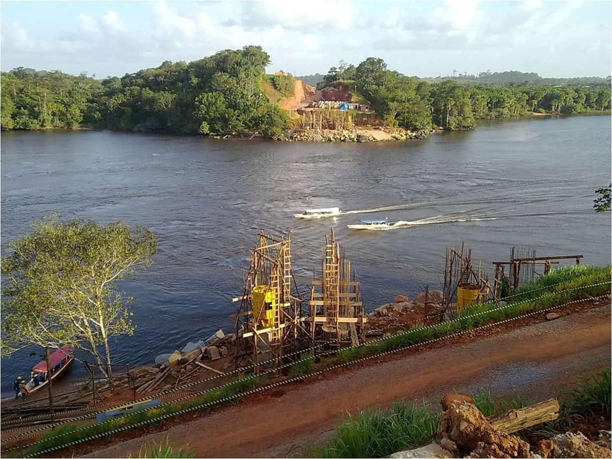 Il fiume Oiapoque e le prime fasi della costruzione delle pile in riva Sud