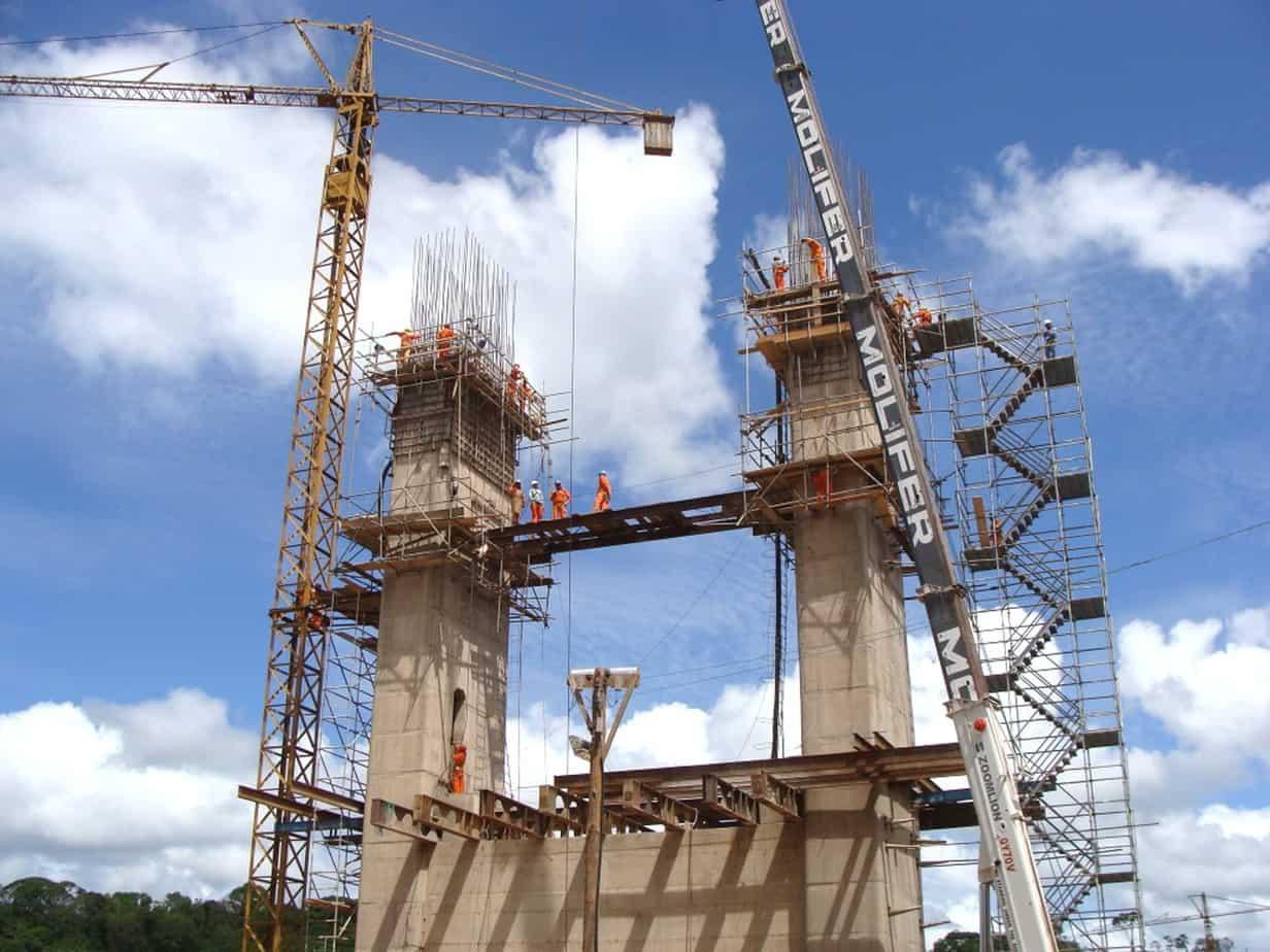 L'inizio della costruzione delle antenne in riva Nord: sono in fase di montaggio i casseri e le relative strutture di supporto