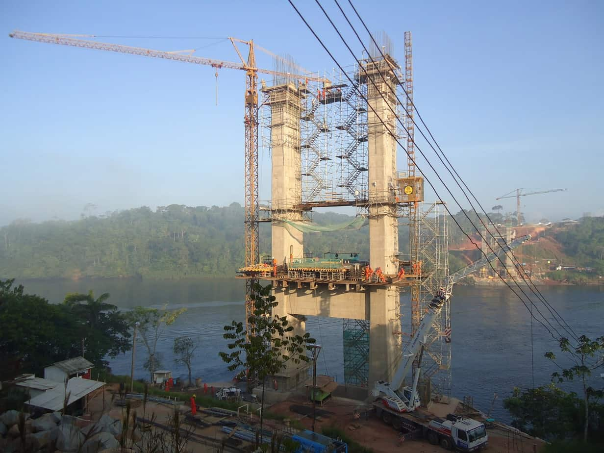 Una vista dalla riva brasiliana e l'avanzamento dei piloni; montata la gru a torre, sono state installate le scale di servizio esterne, interne ed un elevatore