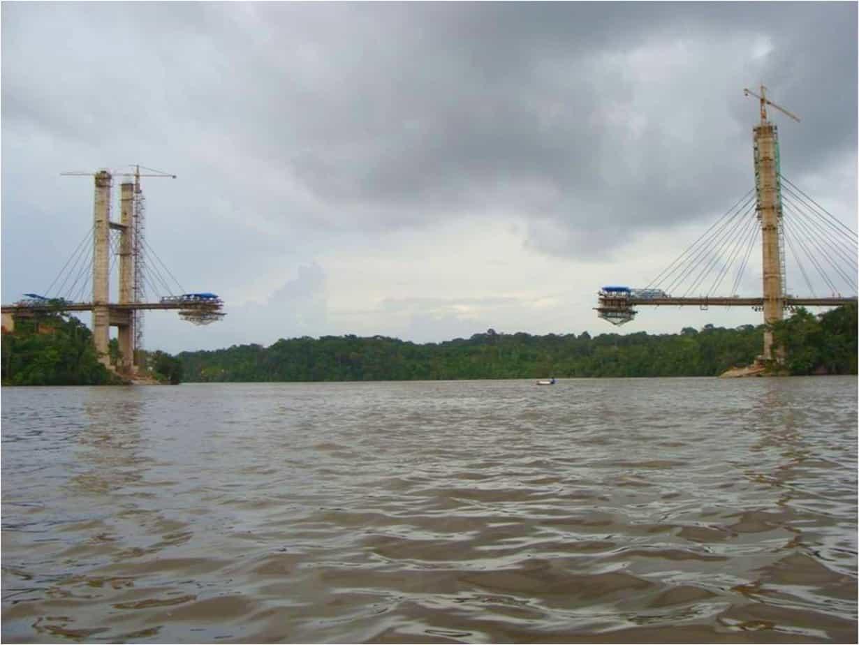 I due piloni con l'avanzamento degli sbalzi, dopo la chiusura laterale sul lato Sud