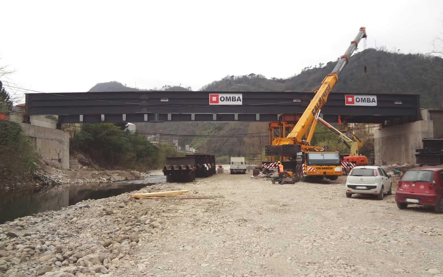 Il nuovo ponte a Carasco durante il montaggio