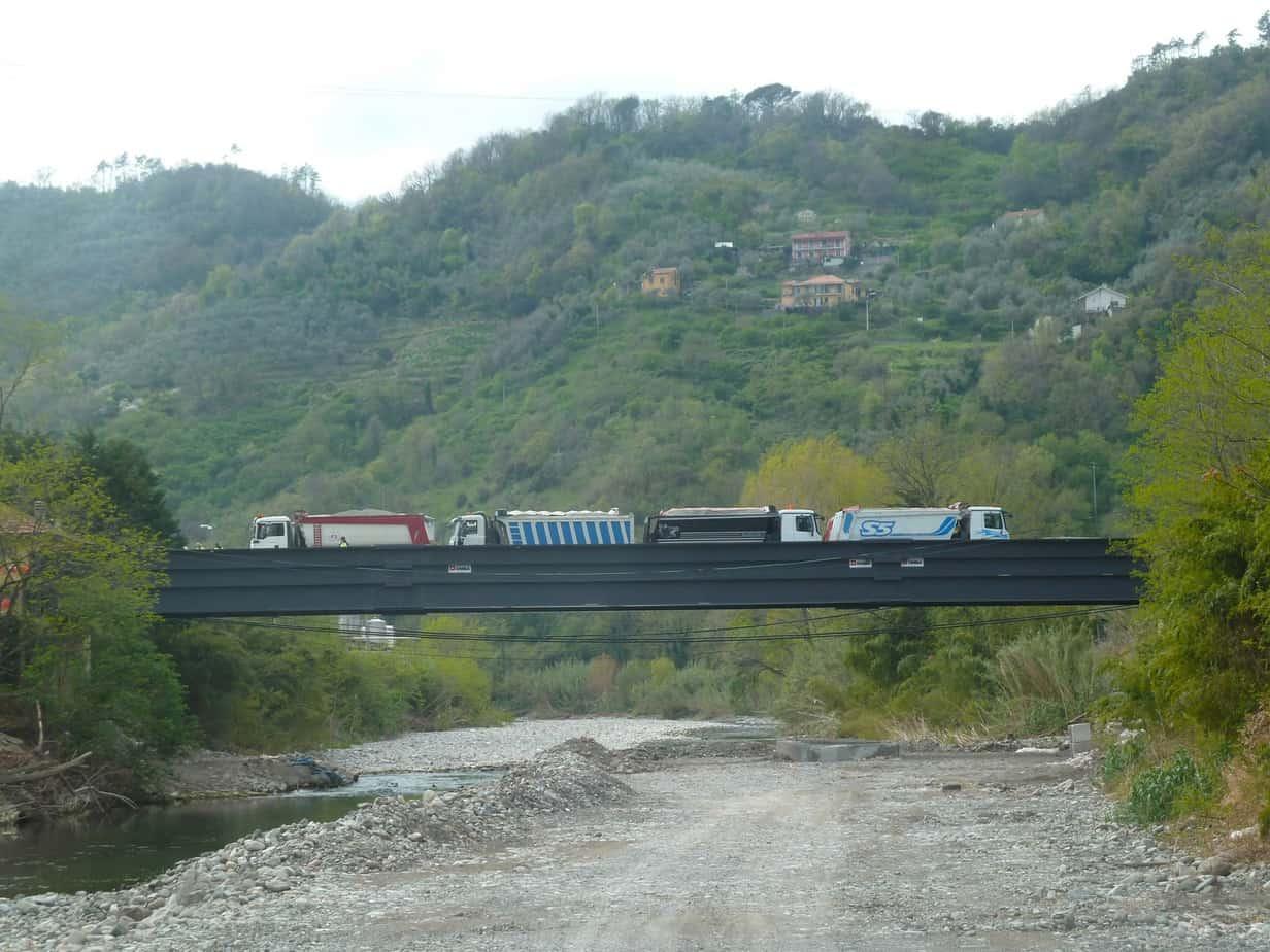 L'apertura al traffico del nuovo ponte, il cui collaudo è stato effettuato con otto camion di circa 42 t l'uno