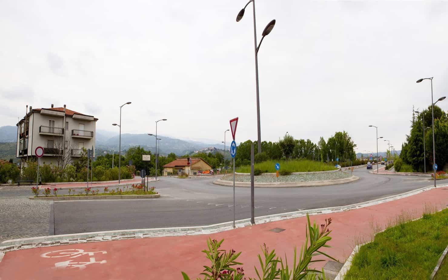 Una vista di una rotatoria 2, ramo di ingresso Nord