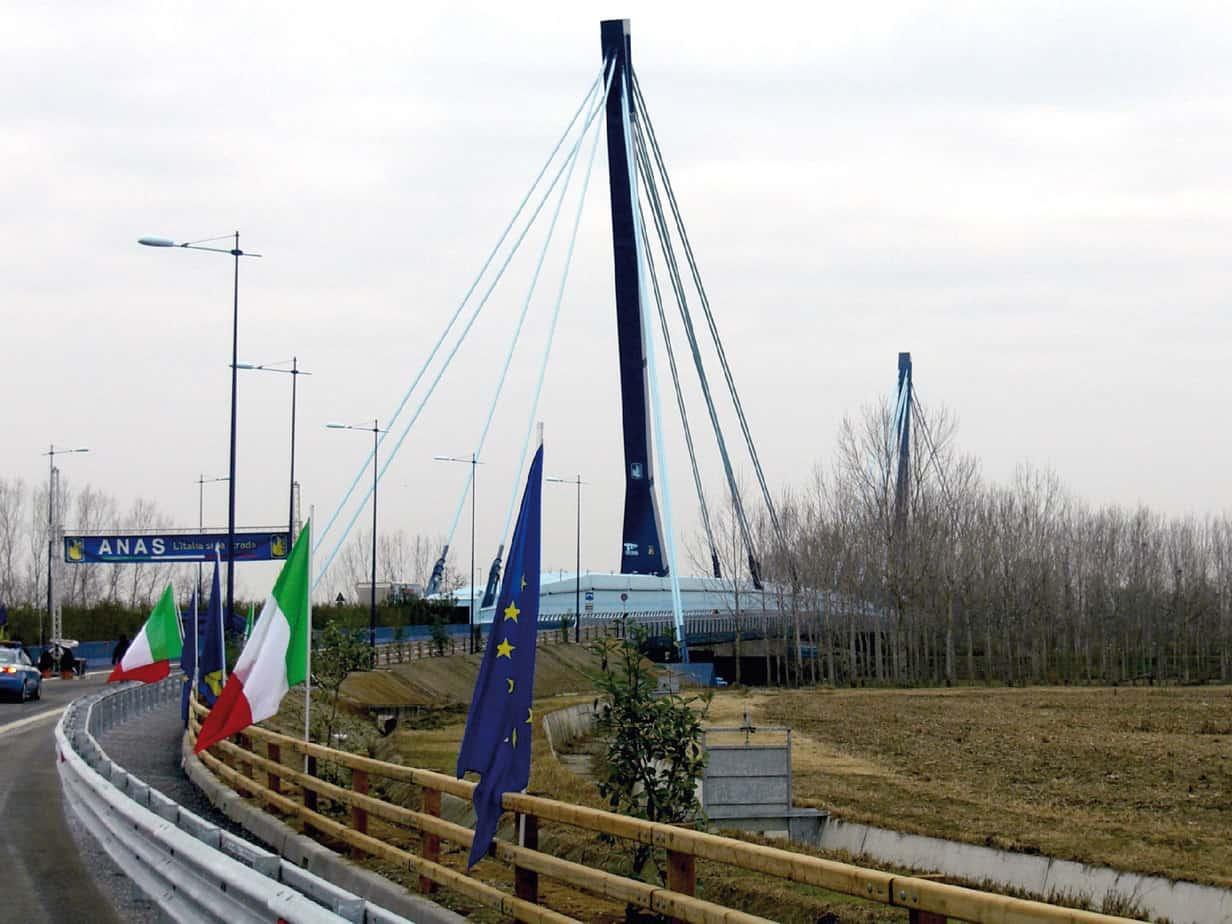 Il ponte strallato il giorno dell'inaugurazione, visto dalla rampa lato Castiglione d'Adda
