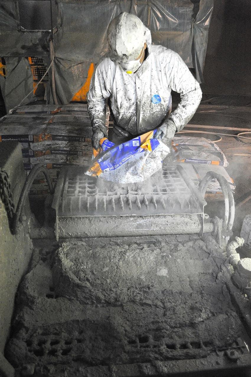 La preparazione della malta MasterEmaco S498FR premiscelata fibrorinforzata con fibre inorganiche, prodotta dalla BASF