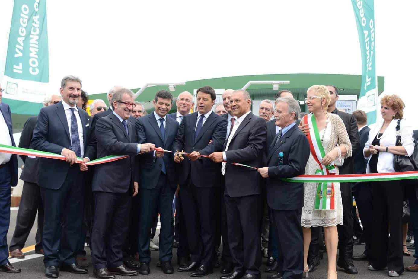 Da sinistra: Roberto Maroni, Presidente della Regione Lombardia, Maurizio Lupi, Ministro delle Infrastrutture e dei Trasporti, Matteo Renzi, Presidente del Consiglio dei Ministri, e Francesco Bettoni, Presidente BreBeMi e Autostrade Lombarde