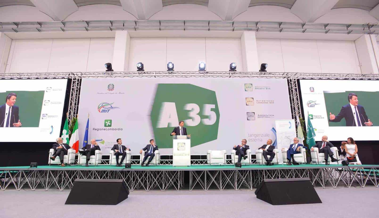 L'intervento del Presidente del Consiglio dei Ministri Renzi sul palco delle Autorità