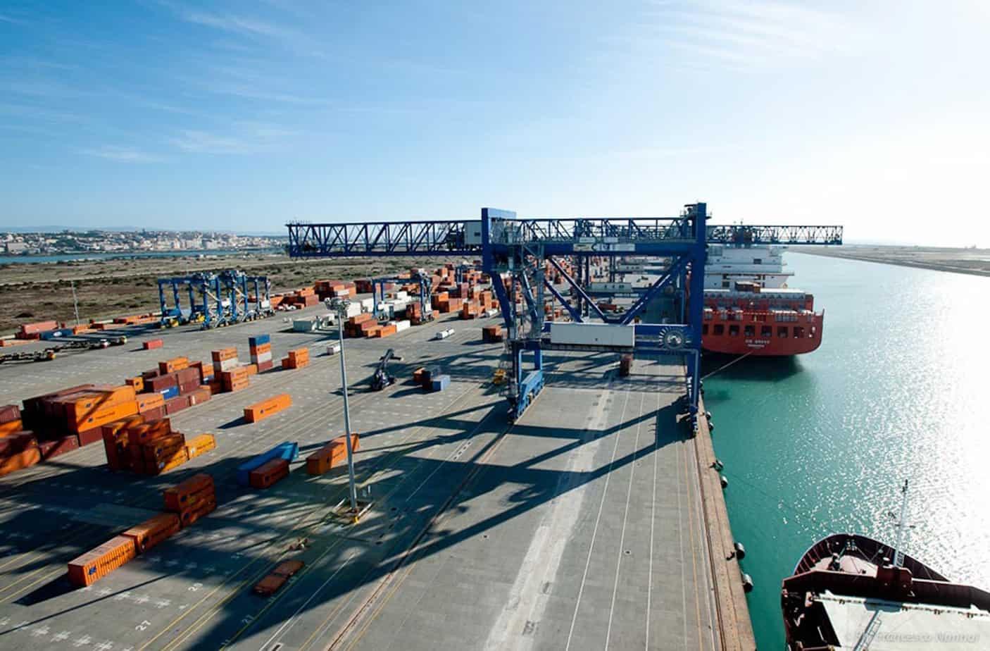 Una portacontainer attraccata alle banchine del porto canale