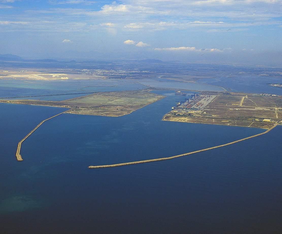 L'imbocco del porto canale di Cagliari: i fondali arrivano a 16 m e consentono il passaggio delle navi portacontainer di maggiori dimensioni
