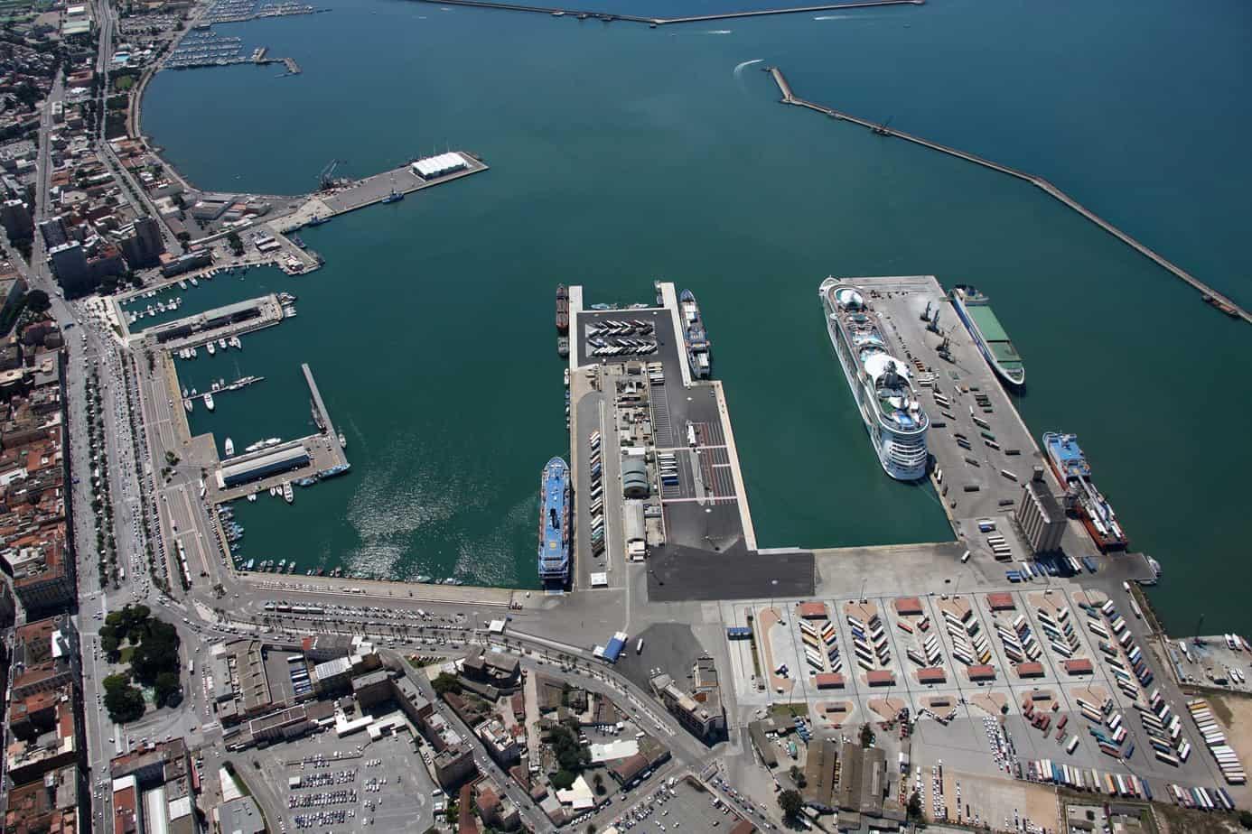 Una veduta del porto storico di Cagliari. In evidenza, in basso, i moli Sabaudo e Rinascita che costituiscono il terminal passeggeri